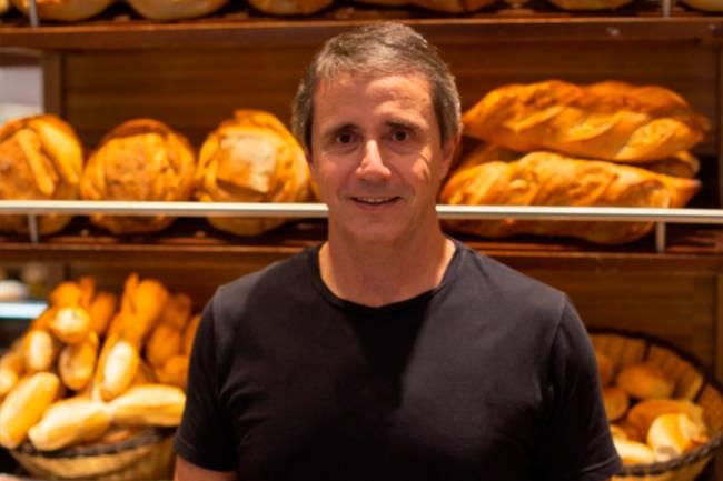 José Eduardo de Souza, da Padaria Real, em frente a prateleira de pães.
