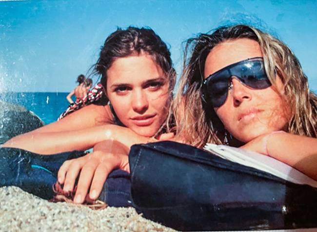 Fernanda Lima (à esquerda) e Helena Rizzo (à direita) deitadas em praia de Barcelona.