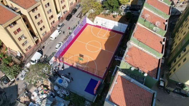 Visão geral e aérea da quadra de basquete na comunidade de Heliópolis