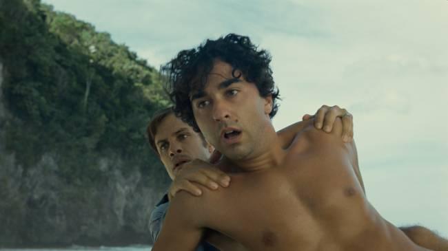 Dois homens, pai e filho, olham para algo aterrorizante que está fora de cena