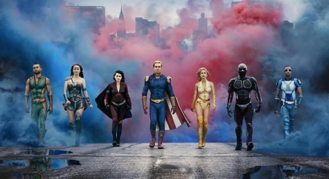A imagem mostra uma fileira com sete heróis andando juntos