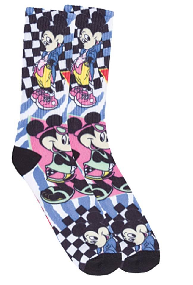 Um par de meias em quadriculado azul tem os personagens Mickey e Minnie posando na estampa