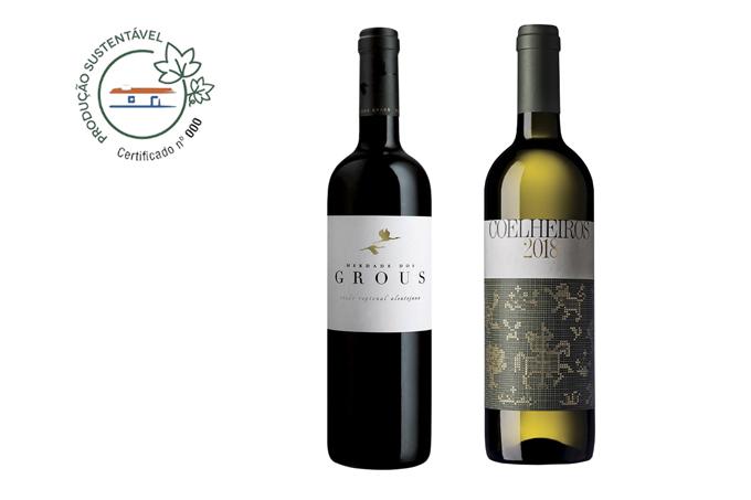 Garrafas dos vinhos Coelheiros 2018 e Herdade dos Grous ao lado do selo do Programa de Sustentabilidade Vinhos do Alentejo (PSVA).