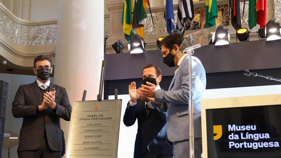 Imagem mostra placa de reinauguração do museu ao lado do governador, João Doria, e do prefeito, Ricardo Nunes