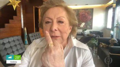 Aracy Balabanian mostra dedo do meio sem querer para Patrícia Poeta (REPRODUÇÃO-GLOBOPLAY)