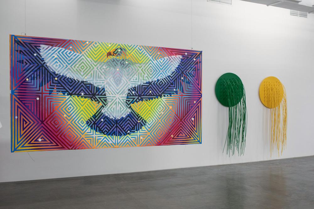 A imagem mostra uma obra de Daiara. É um grande gavião, com a cabeça colorida. Ele está de asas abertas, em um único plano. O fundo é colorido, com ele sobre o que parece um sol. Há também linhas e contornos sobre toda obra.