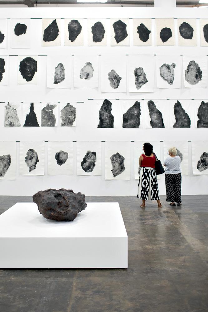 A imagem mostra a estrutura com mais de 7 metros de altura, com faces de policarbonato.