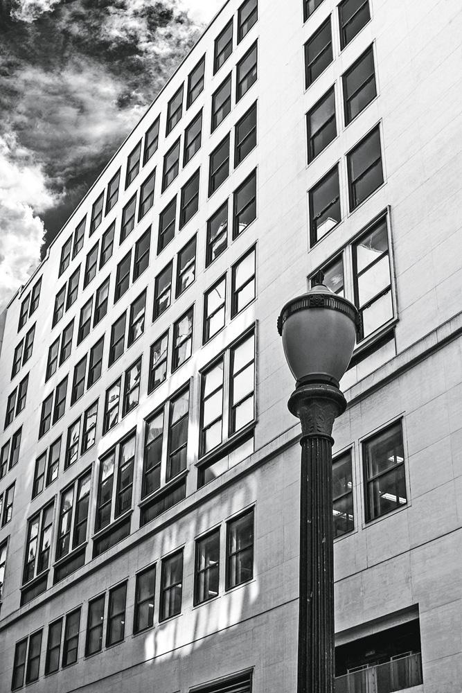 A imagem mostra o Prédio do Diários Associados. A foto é antiga, em preto e branco, e é um edifício com muitas janelas e horizontal.