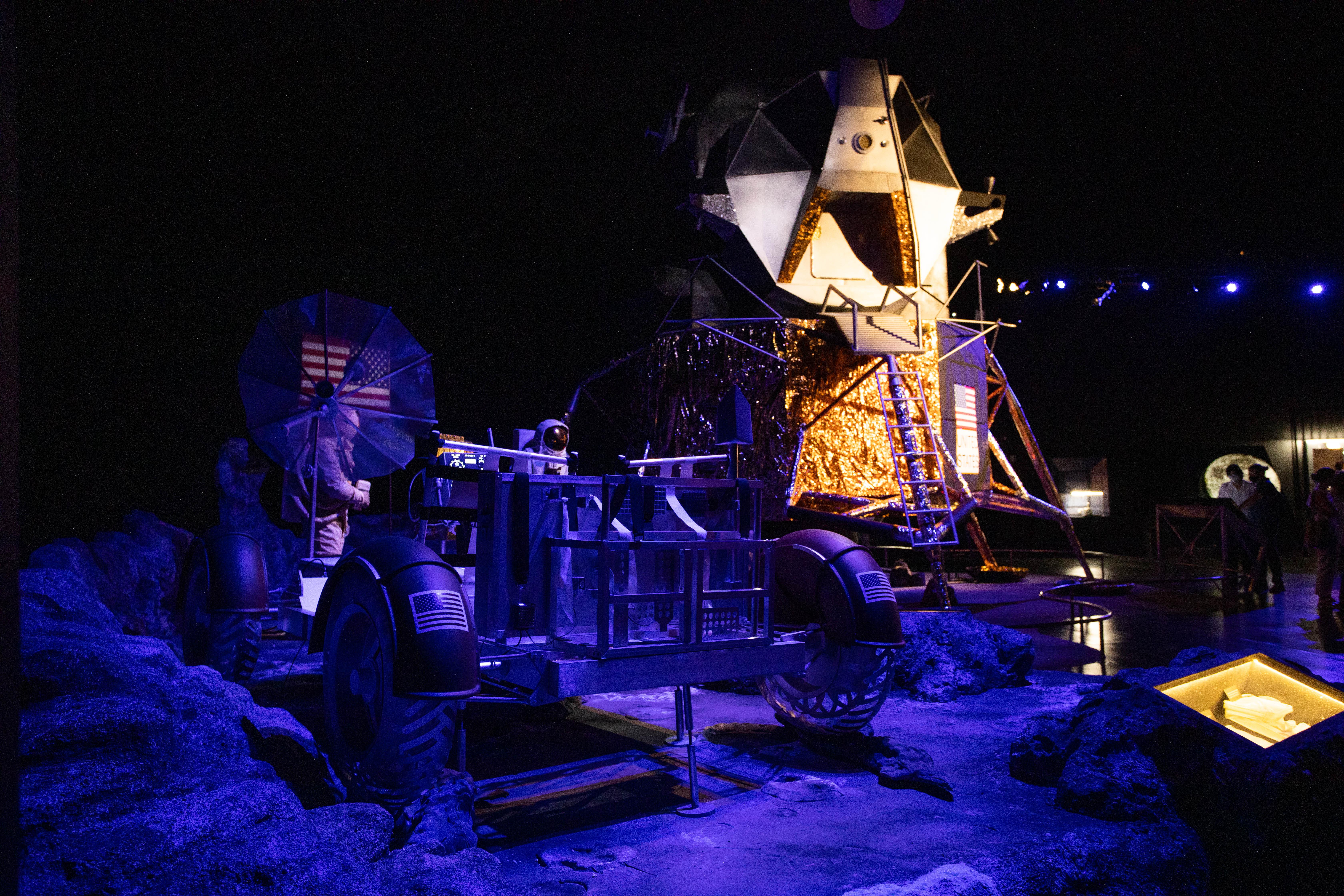 Veículos lunares aparecem lado a lado.