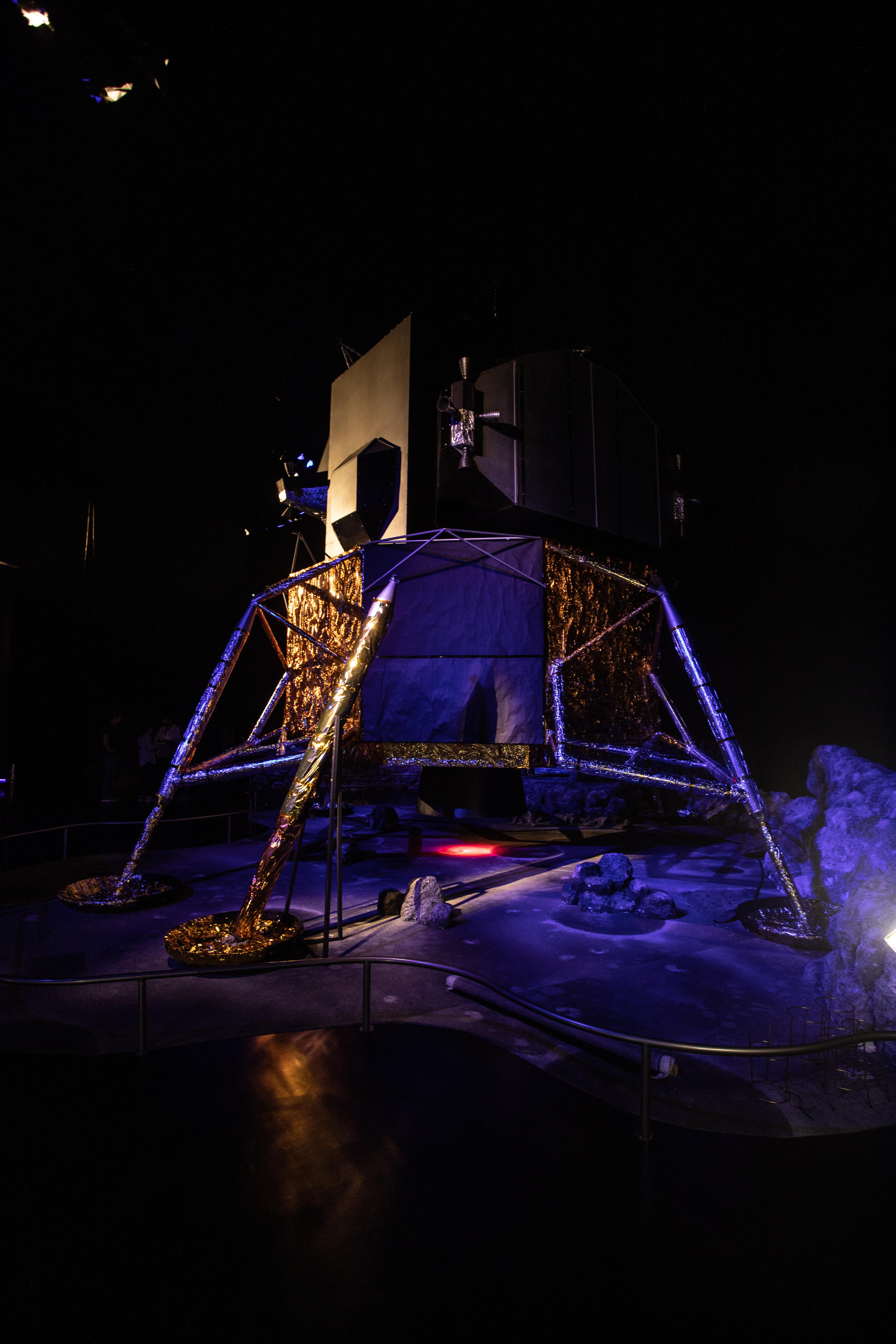 Veículo lunar aparece em ambiente escuro.