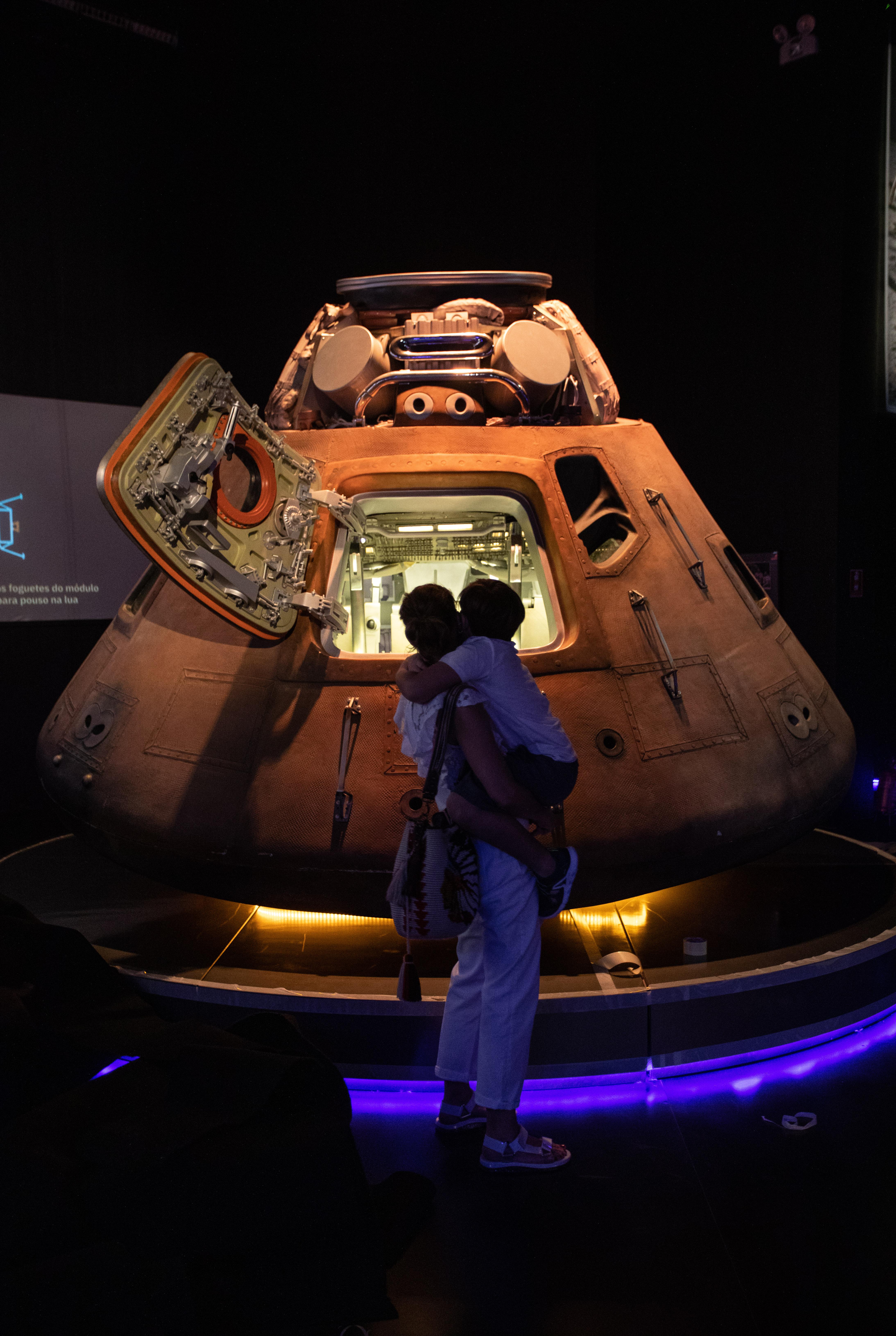 Veículo lunar aparece com a porta aberta.