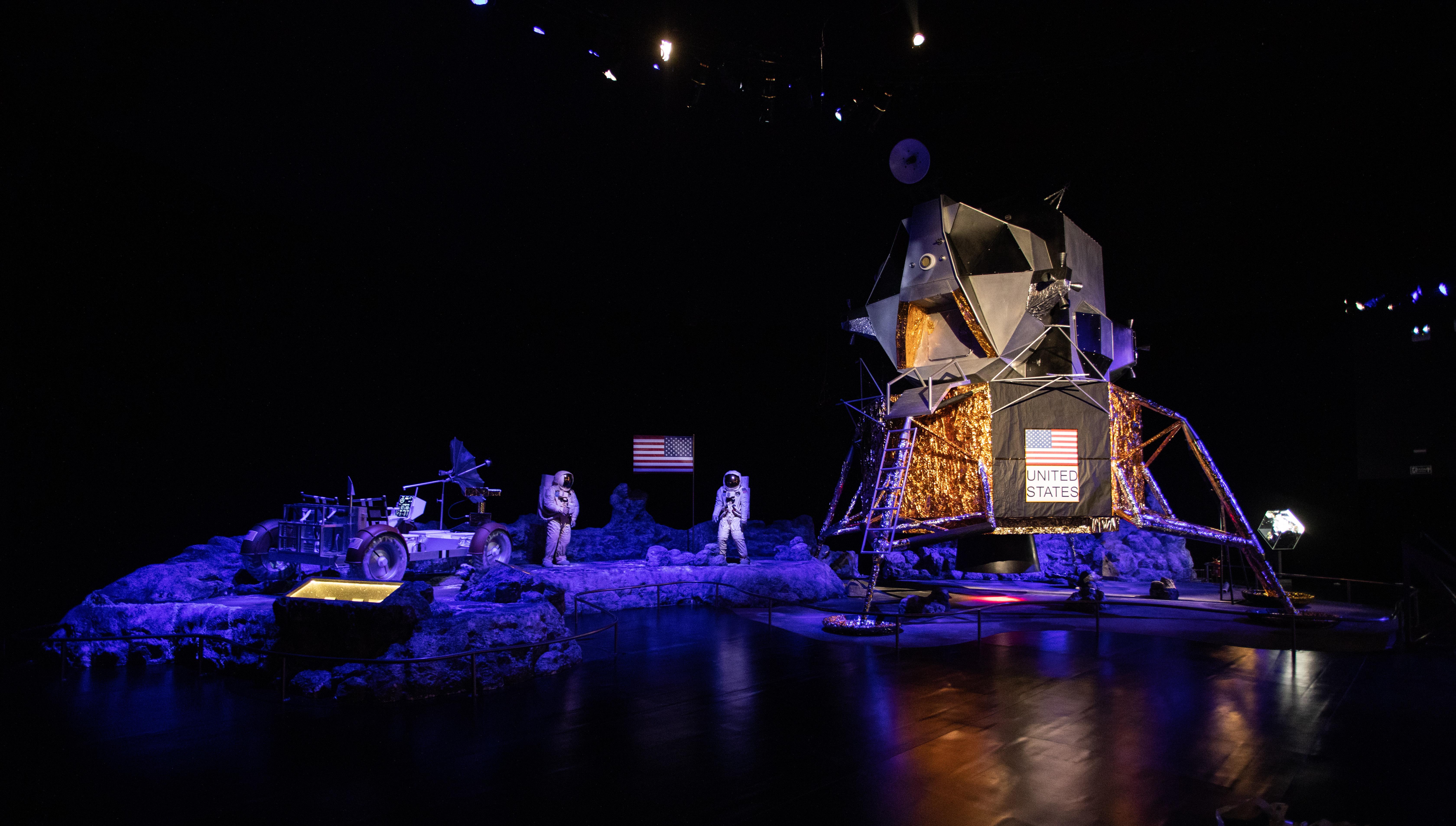 Cenário azulado exibe nave e astronauta.