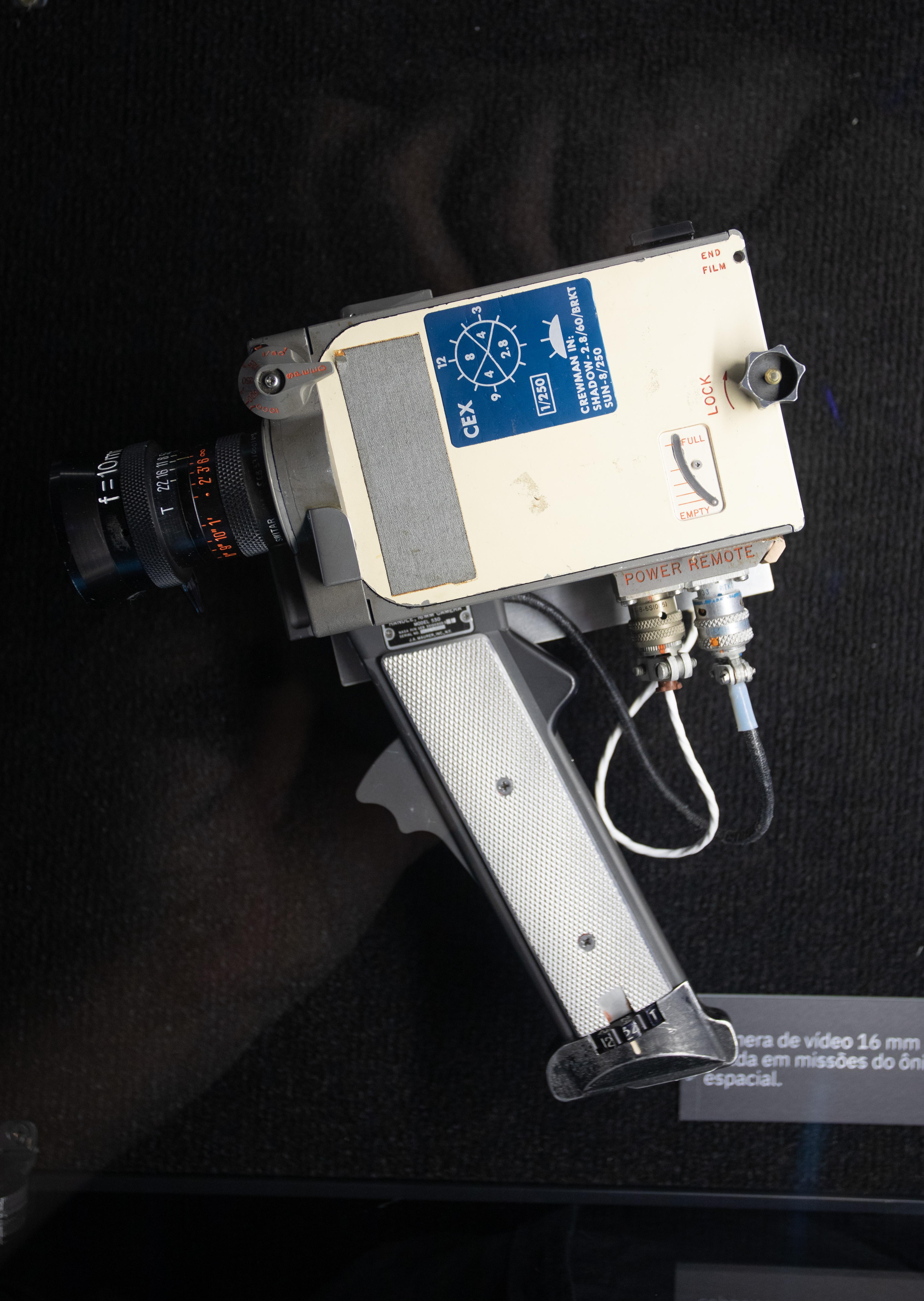 Câmera usada em missão espacial aparece em fundo preto.