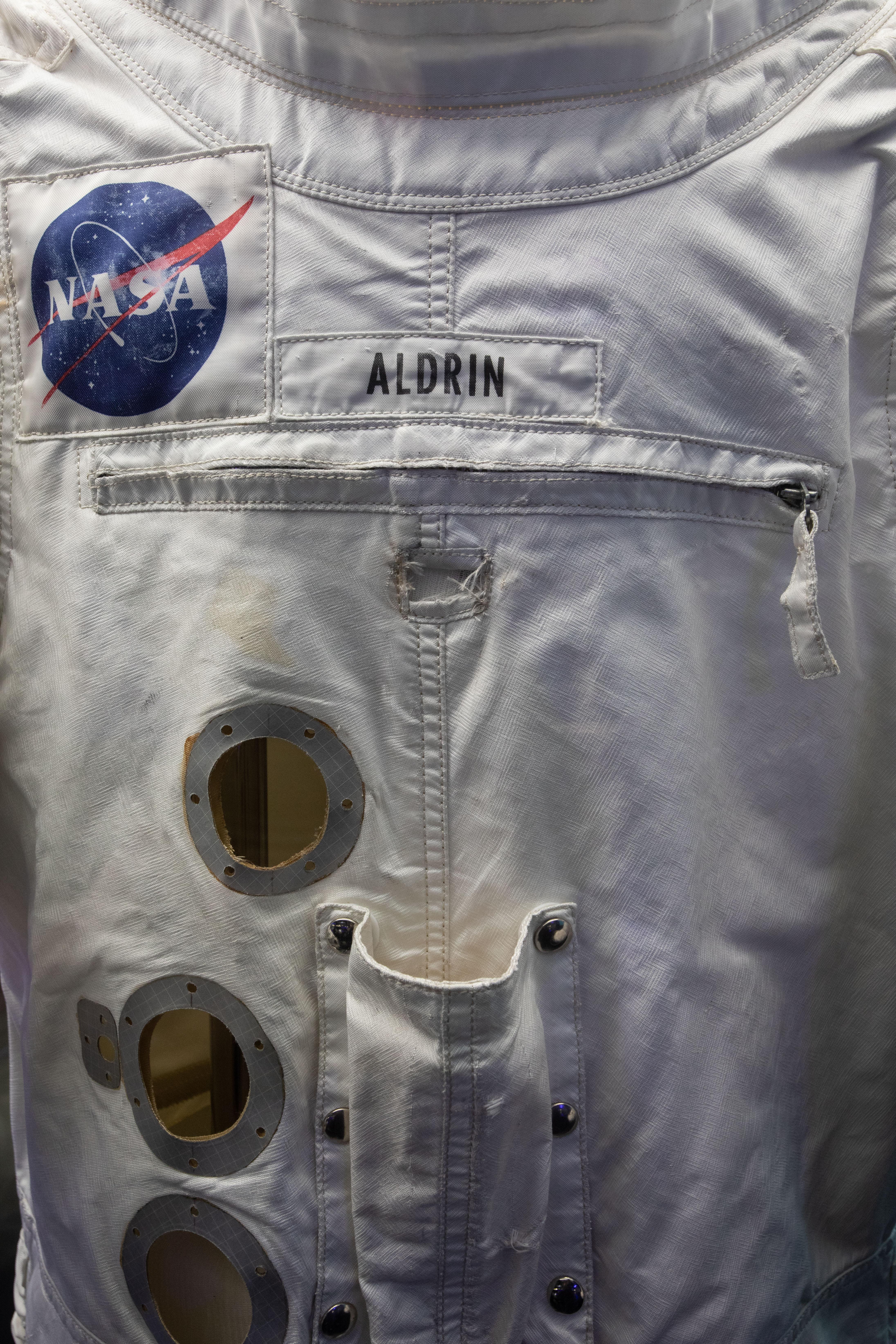 Detalhes de traje espacial mostram logotipo da Nasa e nome