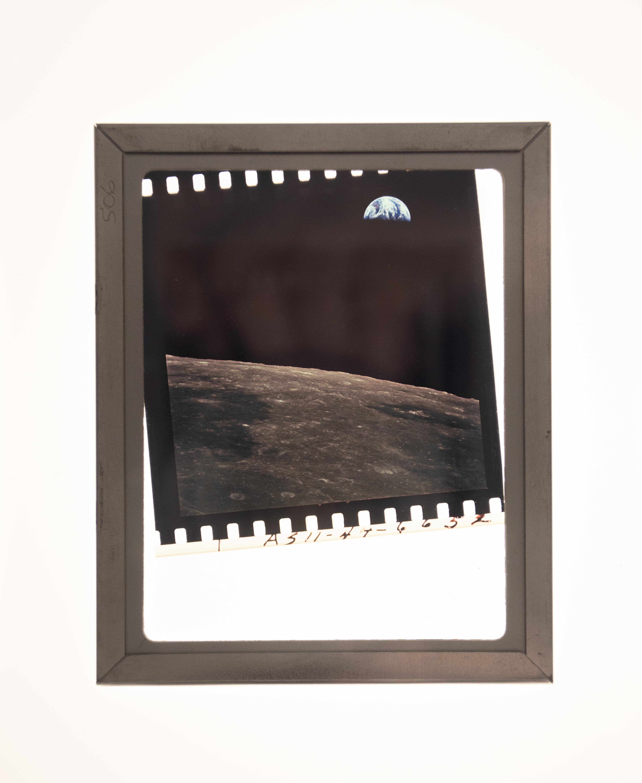 Foto da Lua com Terra no fundo aparece na imagem.