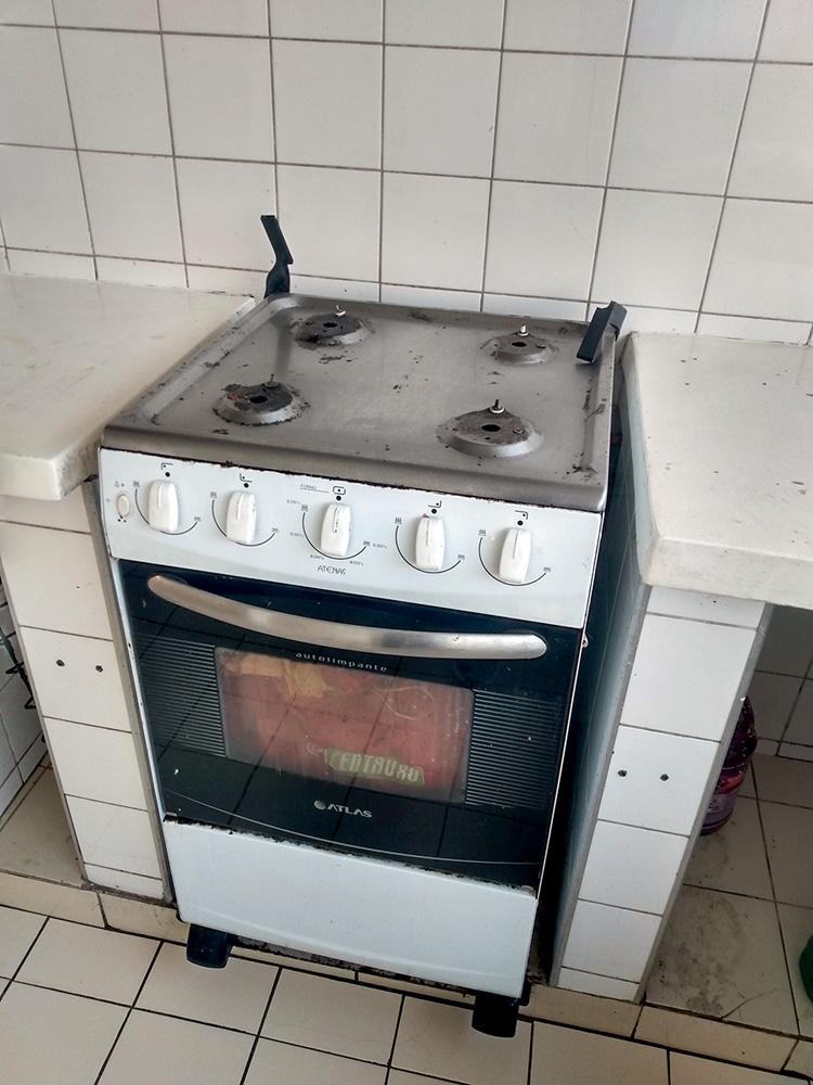 Um fogão sem as estruturas das bocas