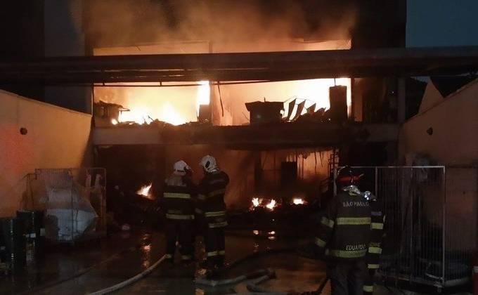 Incêndio destrói gráfica em SP e esvazia asilo vizinho ao imóvel na Vila Carrão (BOMBEIROS DE SP-DIVULGAÇÃO)