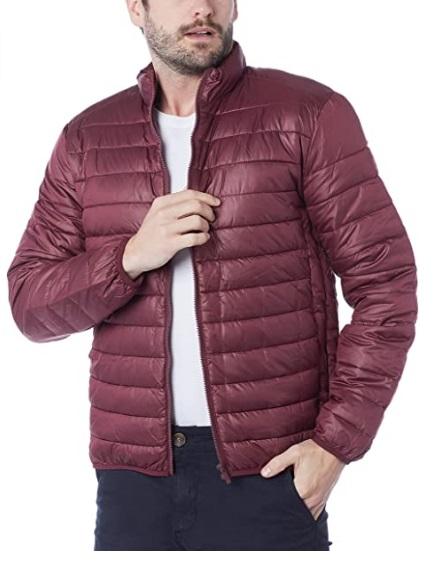 Imagem mostra só corpo de homem vestindo uma jaqueta no estilo puffer na cor vinho