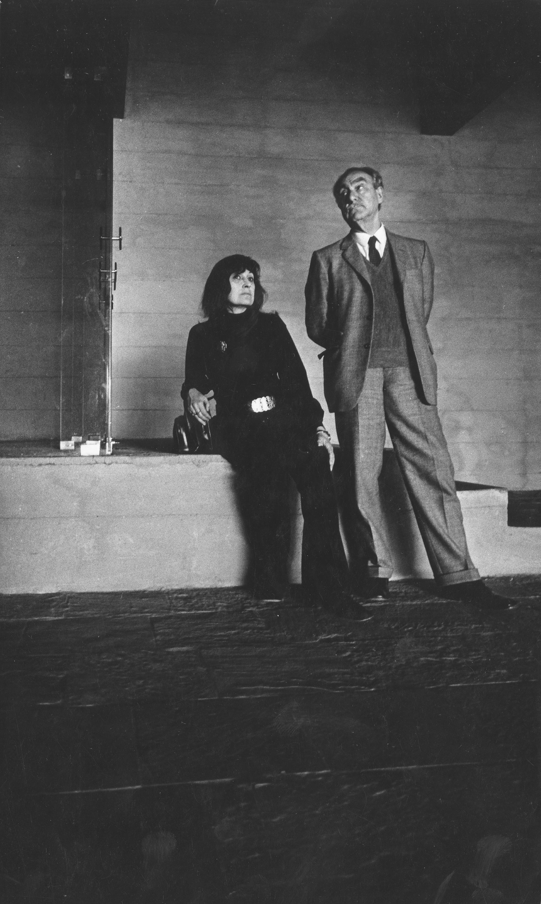 A imagem mostra Lina e Pietro, com posturas desleixadas, dentro do Masp, com o olhar perdido em direções diferentes.