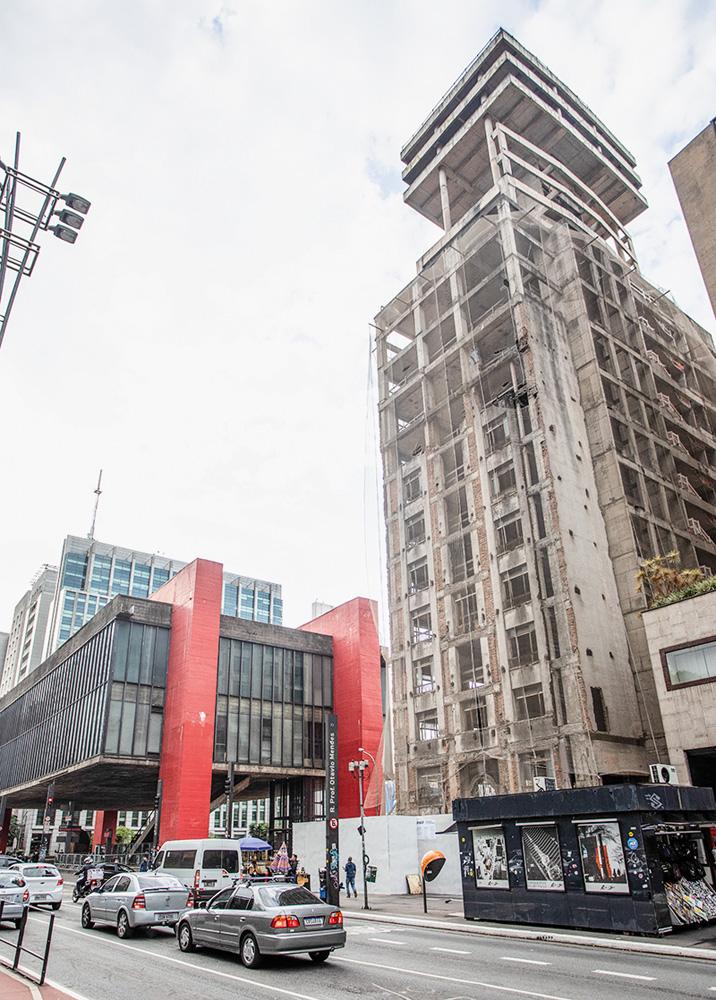 A imagem mostra a fachada atual do Masp, e de seu lado, o edifício Dumont-Adams, ainda uma obra incompleta.