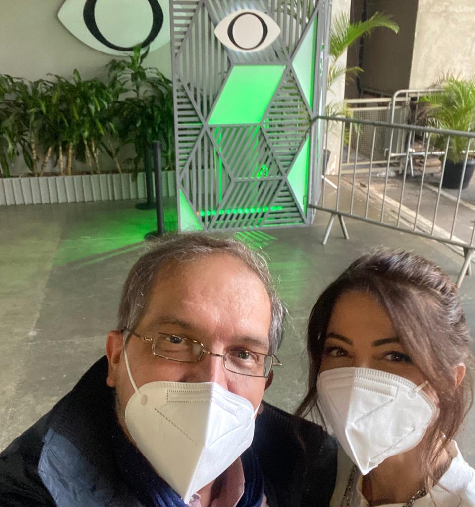 Selfie com Arnaldo Lorençato à esquerda e Ana Paula Padrão à direita, ambos de máscara.