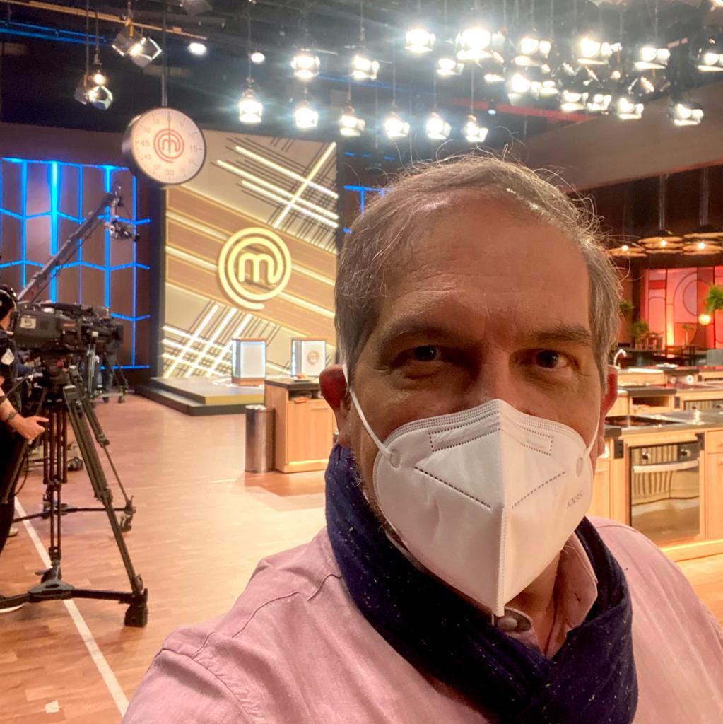 Selfie de Arnaldo Lorençato no estúdio do MasterChef Brasil.