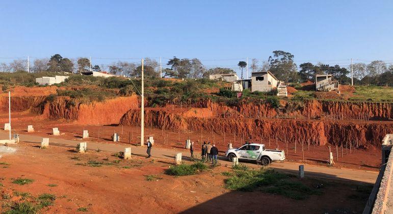 Imagem mostra casas sendo construídas em áreas de proteção ambiental nas margens da represa de Guarapiranga