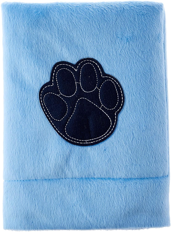 Cobertor peludinho azul dobrado. Tem uma pata de cachorro estampada