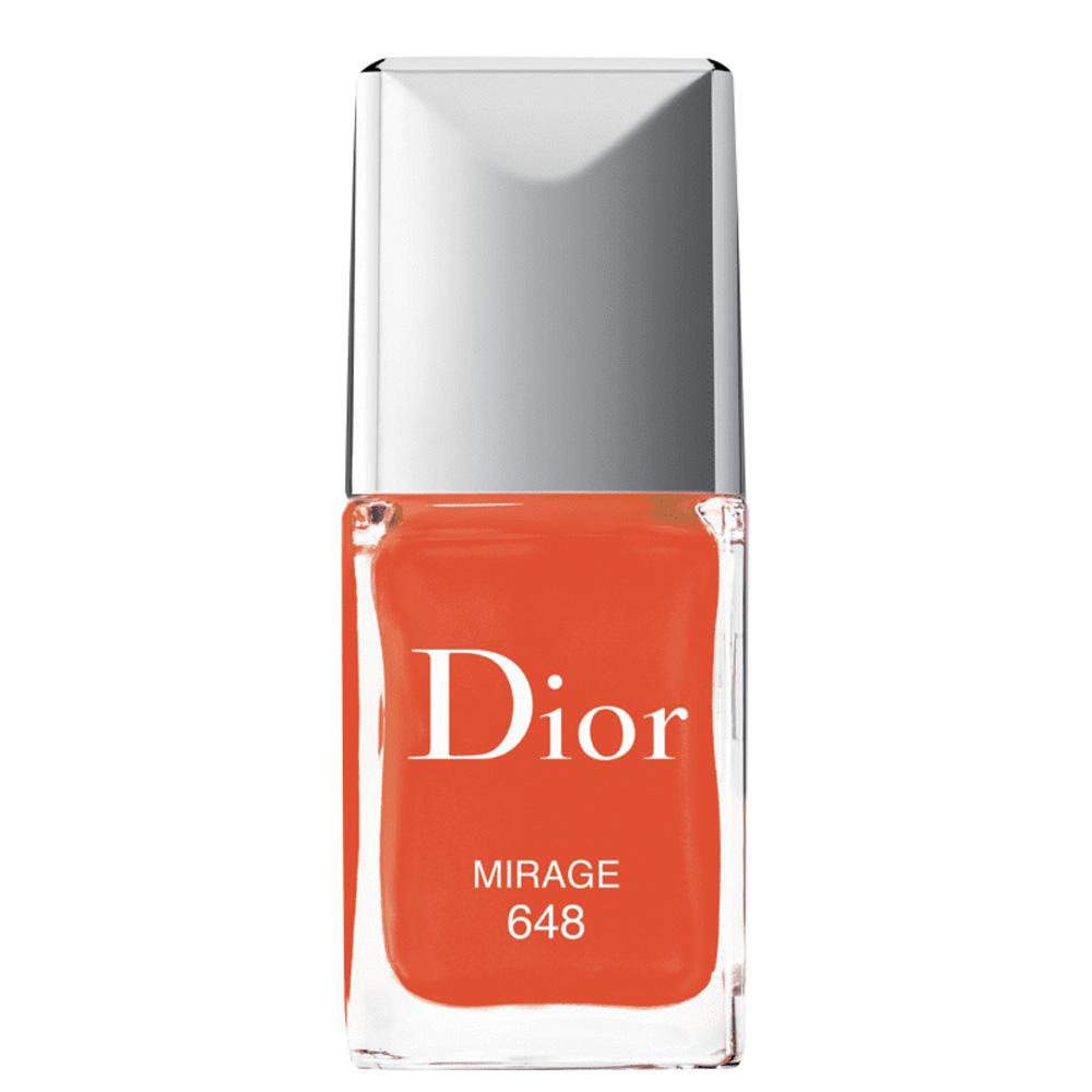 Um esmalte da Dior na cor vermelho tomate