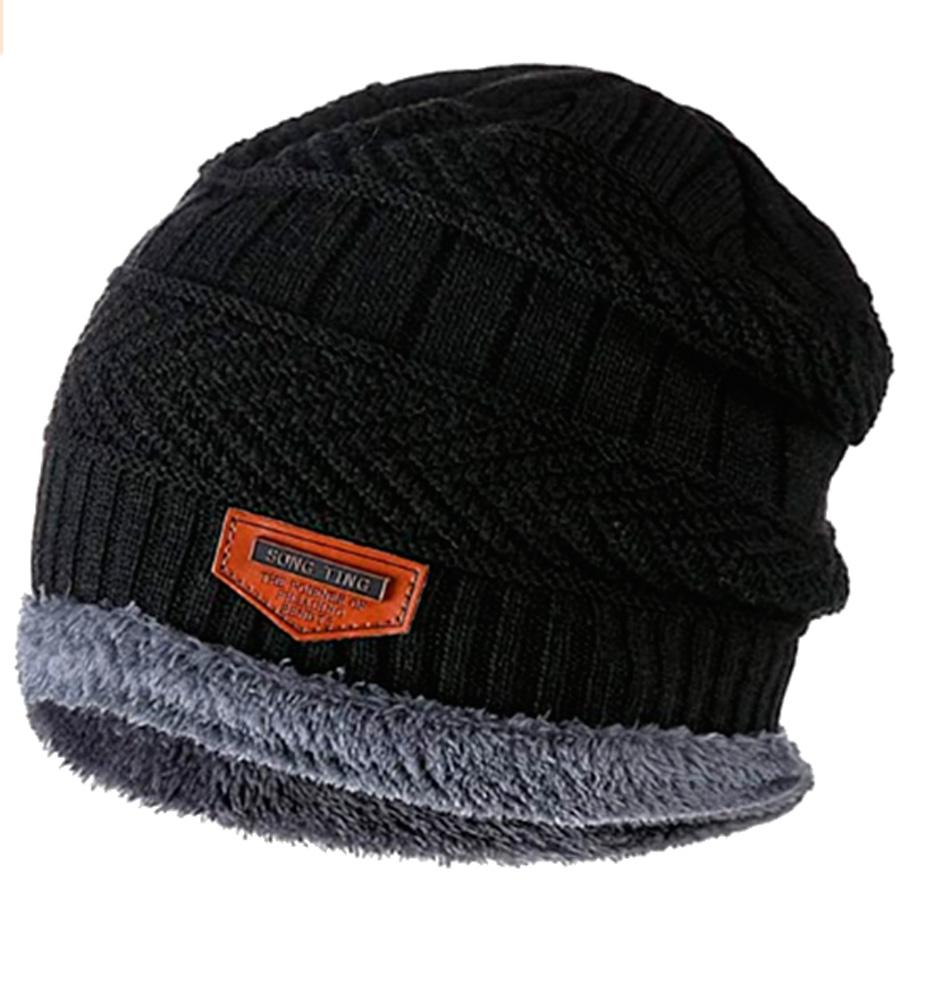 Um gorro preto com interior cinza e detalhe marrom, do logo da marca, pequeno na frente