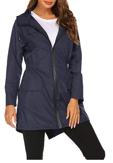 Imagem mostra só corpo de mulher vestindo casaco no estilo sobretudo, mas leve, azul escuro
