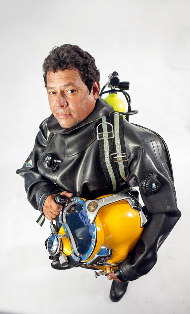 mergulhador josé leonídio posando para a foto em estúdio com seu traje de mergulho