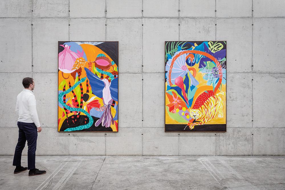 foto de dois quadros da artista Heloisa Hariadne expostos na Galeria Leme, com uma pessoa, à esquerda, olhando para eles