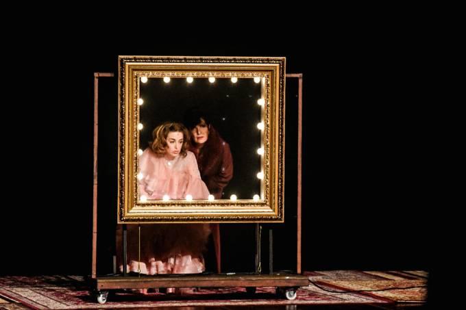 retorno-teatros-peça-som-e-sílaba-Alessandra-Maestrini-Mirna-Rubim-espelho.jpg