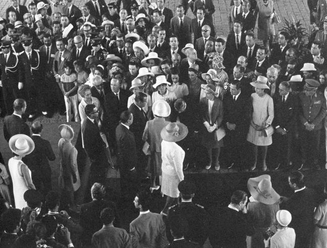 Monarca na Avenida Paulista: multidão reunida para ver a rainha