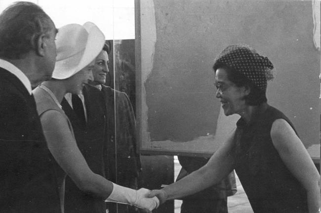 Rainha Elizabeth e Tomie Ohtake (1913-2015), em um aperto de mão