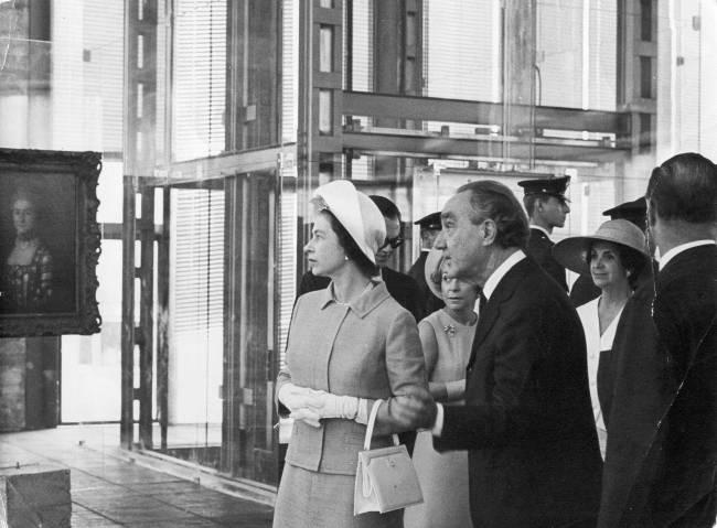 Foto da Rainha Elizabeth e Pietro Maria Bardi (1900-1999). Ela com chapéu, ele de paletó