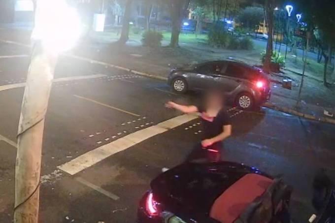 Homem sai de Porsche conversível e atira contra bar em Guraulhos