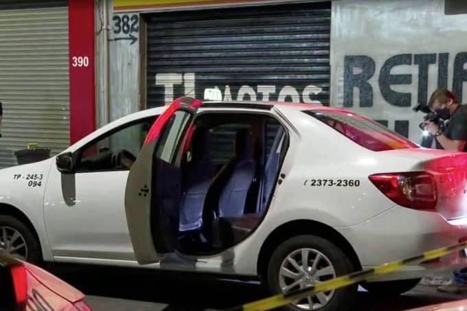 Táxi interceptado por grupo para socorrer homens esfaqueados