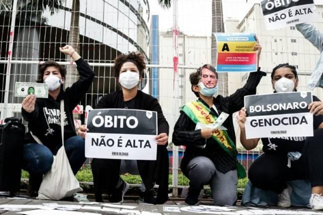 A imagem mostra manifestantes protestando contra a Prevent Senior