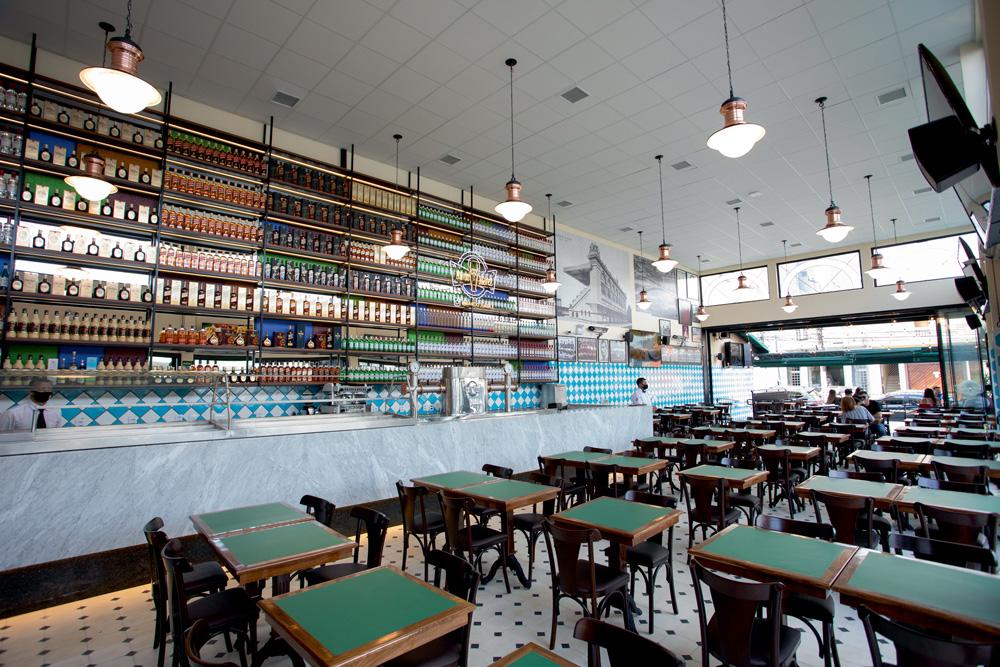 A imagem mostra um salão interno do bar do Juarez.