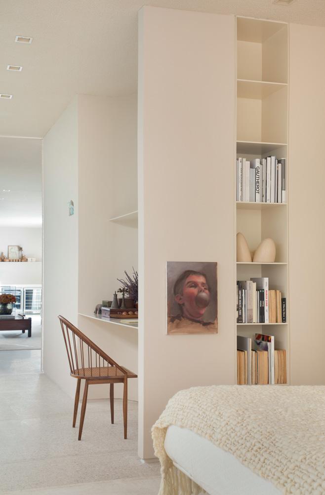 A imagem mostra o ambiente da Casa Alva, predominado por cores claras.