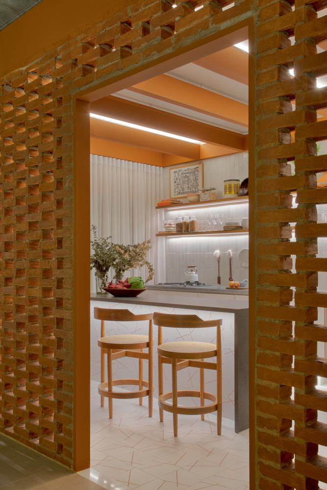 A imagem mostra a entrada de madeira da Casa Ninho.