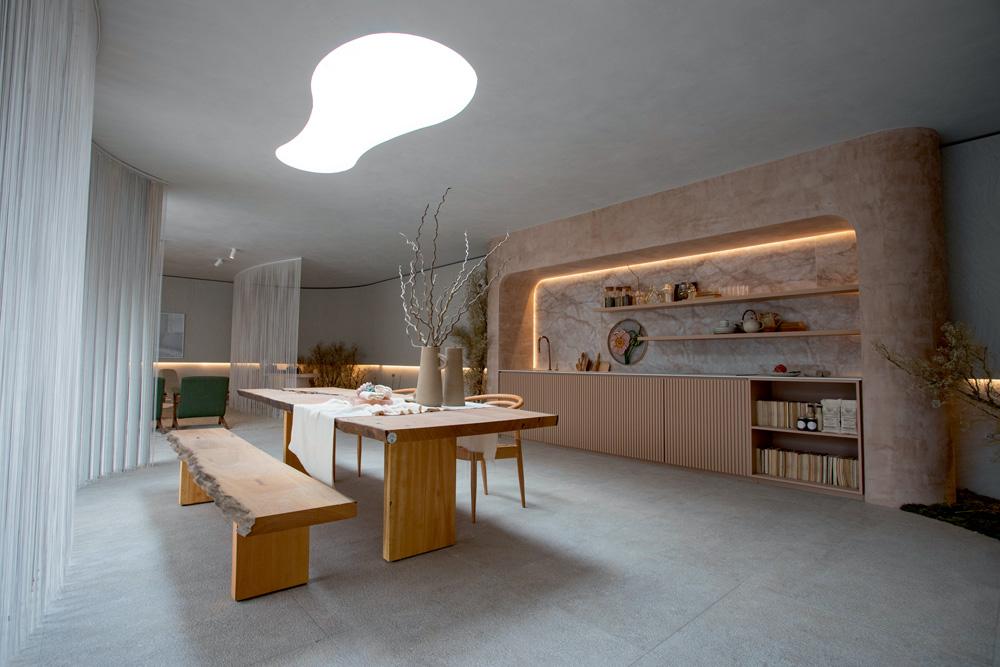 A imagem mostra o ambiente da cozinha, divido por cortinas de fio.