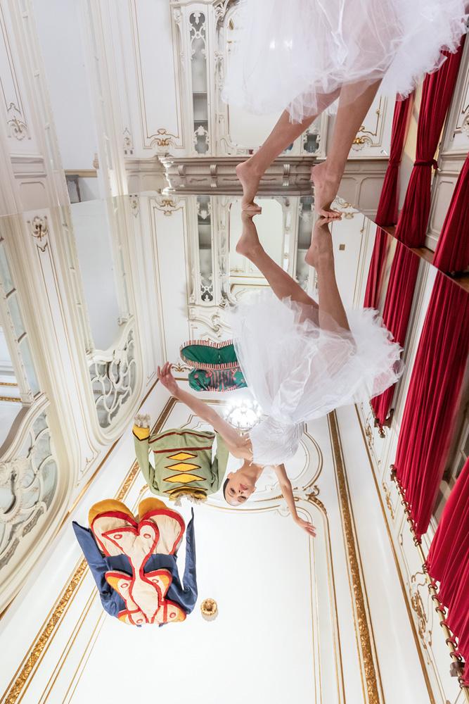 É possível ver, no reflexo de um espelho em baixo da imagem, uma bailarina dançando descalça, no próprio espelho. Ela está no Teatro Municipal