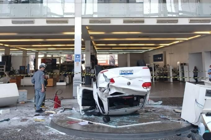 Carro despenca de piso superior de concessionária no centro de São Paulo
