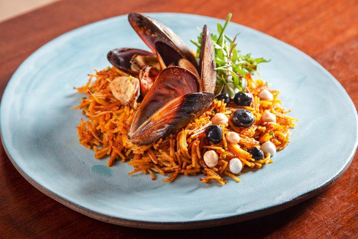 Variação da paella: fideuá de mexilhões e ervas feita de macarrão capellini