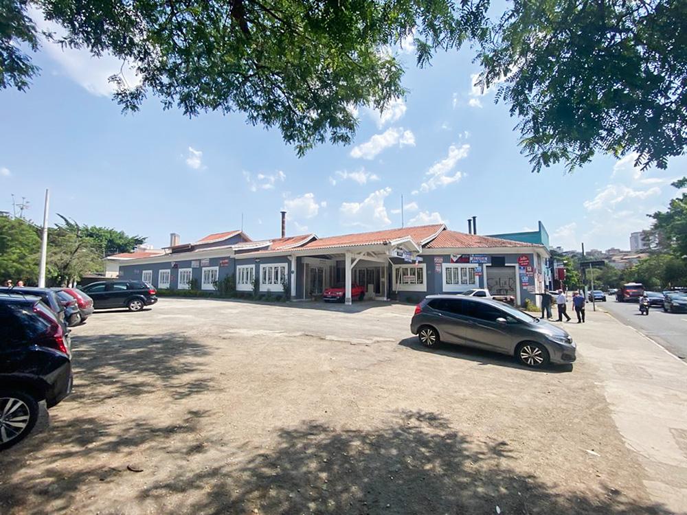 A imagem mostra uma das filiais do Bar do Juarez em reforma, na Avenida Engenheiro Caetano Álvares.