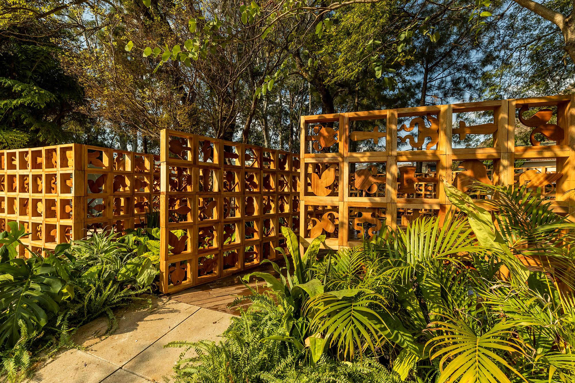 Gerais 2021. Na foto, muros de cobogós criam caminhos entre o jardim.