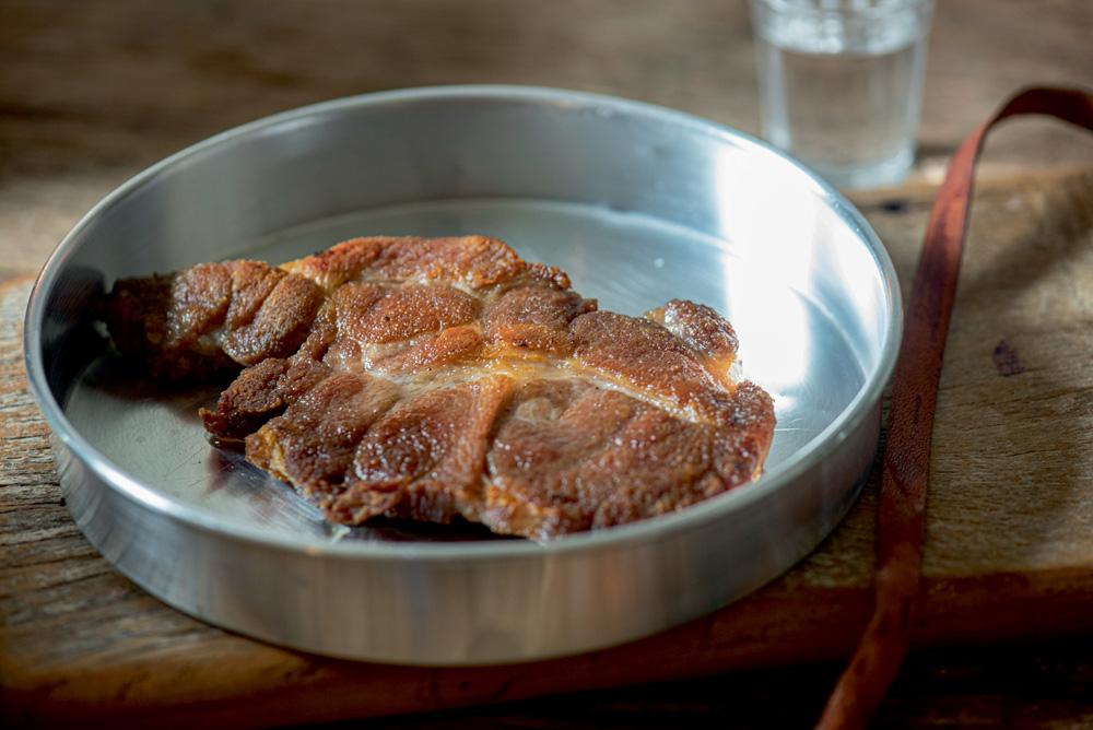 Carne de sol de porco sobre uma forma de alumínio